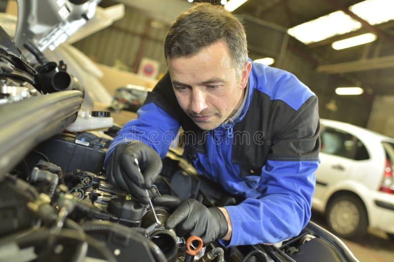 Μηχανικός που επισκευάζει το αυτοκίνητο στοκ φωτογραφία με δικαίωμα ελεύθερης χρήσης