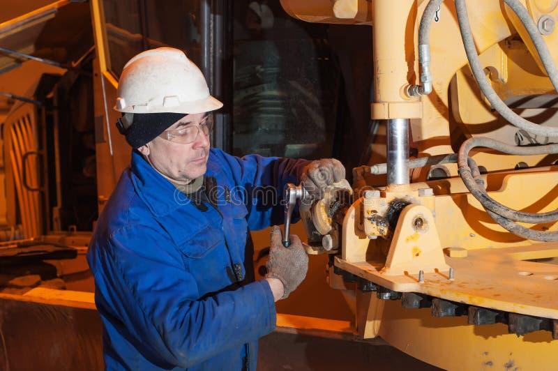 Μηχανικός που εργάζεται σε ένα σπασμένο όχημα, επισκευή μετάδοσης στοκ εικόνα