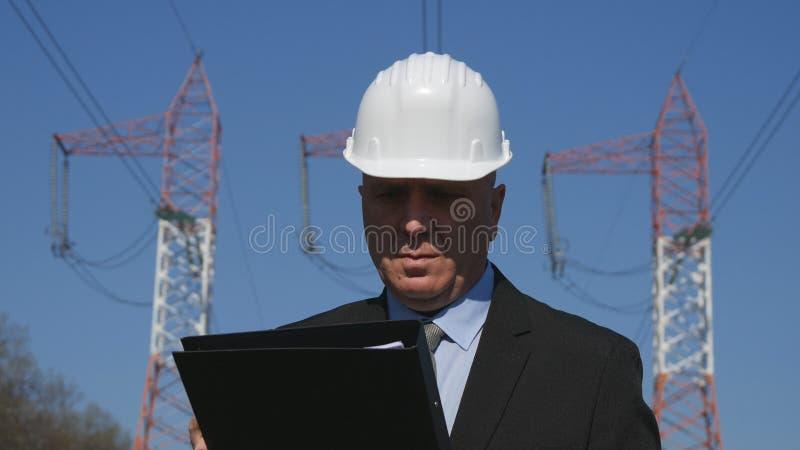 Μηχανικός που εργάζεται στο αρχείο συντήρησης ελέγχου ενεργειακής βιομηχανίας στοκ εικόνες