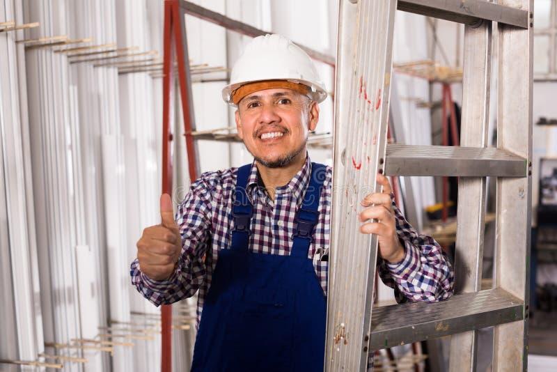 Μηχανικός στο κράνος στο εργοστάσιο στοκ εικόνες με δικαίωμα ελεύθερης χρήσης
