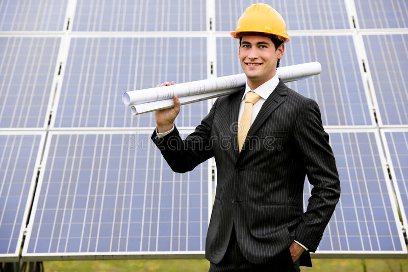 Μηχανικός στο σταθμό ηλιακής παραγωγής ηλεκτρικού ρεύματος στοκ φωτογραφία με δικαίωμα ελεύθερης χρήσης