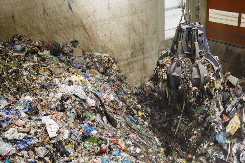 Μηχανικός σωρός αρπαγής χεριών νυχιών των μικτών αποβλήτων στοκ εικόνα