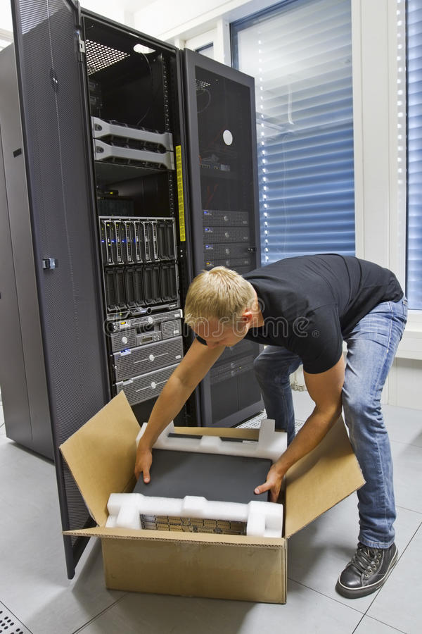 Μηχανικός ΤΠ που εγκαθιστά το νέο κεντρικό υπολογιστή στοκ φωτογραφίες με δικαίωμα ελεύθερης χρήσης
