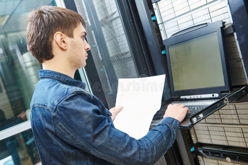 Μηχανικός υπηρεσίας στο δωμάτιο κεντρικών υπολογιστών στοκ φωτογραφίες με δικαίωμα ελεύθερης χρήσης