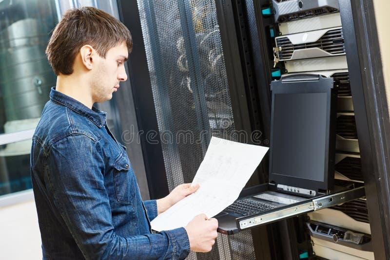 Μηχανικός υπηρεσίας στο δωμάτιο κεντρικών υπολογιστών στοκ εικόνες με δικαίωμα ελεύθερης χρήσης