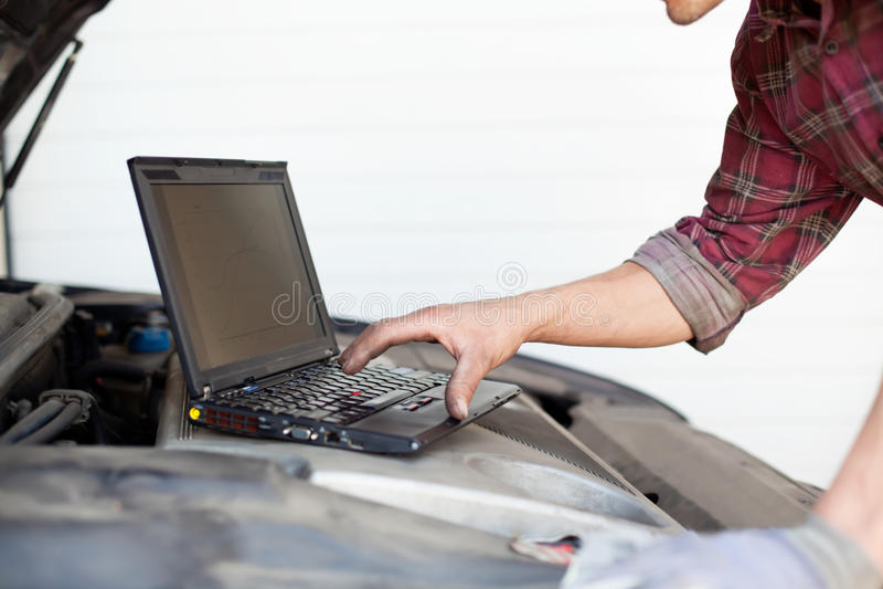 μηχανικός lap-top αυτοκινήτων στοκ εικόνα με δικαίωμα ελεύθερης χρήσης