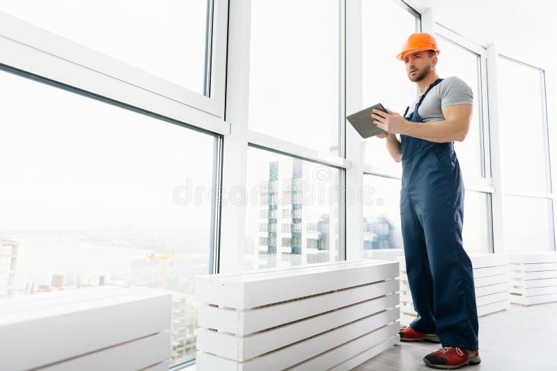 Μηχανικός Professioan που στέκεται στο γραφείο στοκ εικόνες με δικαίωμα ελεύθερης χρήσης