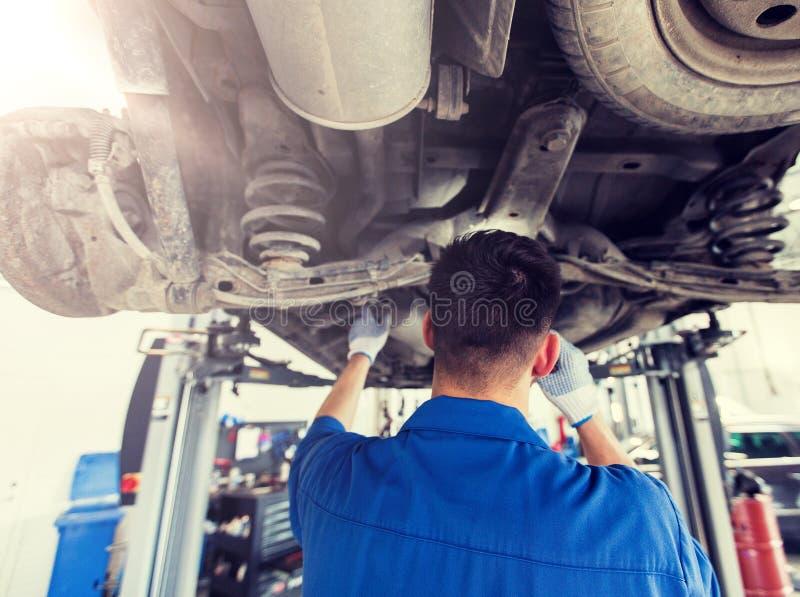 Μηχανικό άτομο ή Smith που επισκευάζει το αυτοκίνητο στο εργαστήριο στοκ εικόνες με δικαίωμα ελεύθερης χρήσης