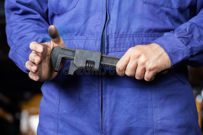 Μηχανικό γαλλικό κλειδί εκμετάλλευσης στο κατάστημα επισκευής στοκ φωτογραφία