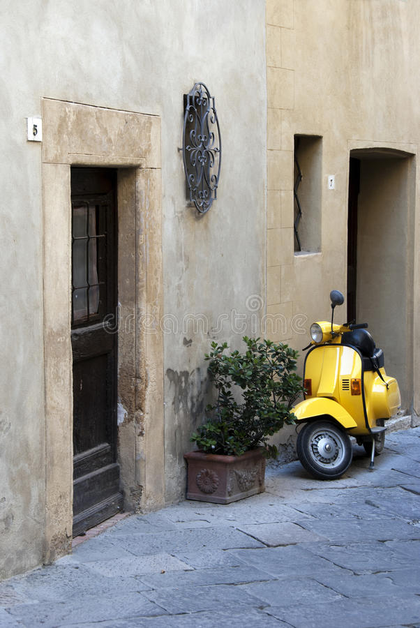 μηχανικό δίκυκλο κίτρινο στοκ φωτογραφίες
