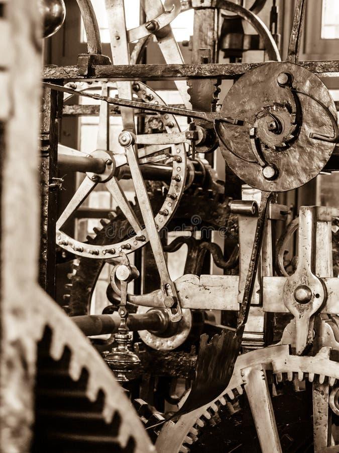Μηχανισμός μηχανισμού Κλείστε επάνω την άποψη των ροδών βαραίνω και άλλων μηχανικών μερών του εκλεκτής ποιότητας ρολογιού πύργων στοκ φωτογραφία με δικαίωμα ελεύθερης χρήσης