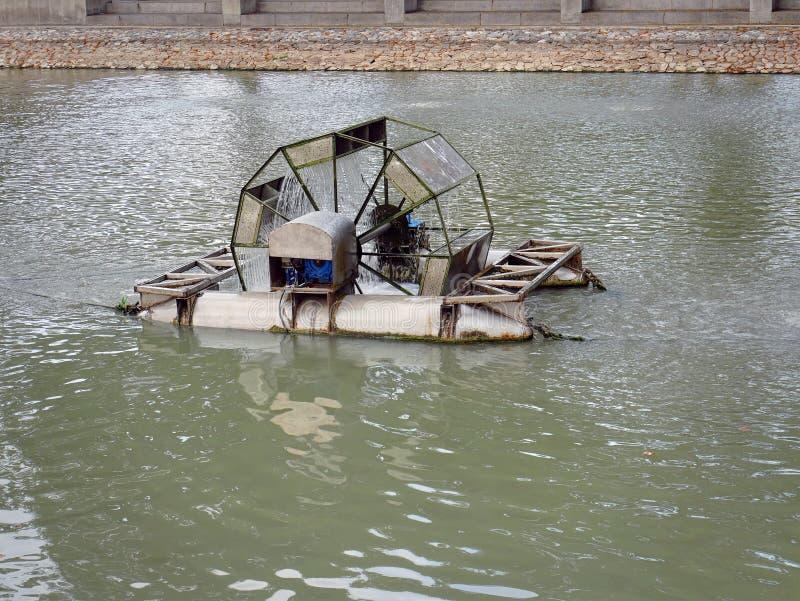 Μηχανοποιημένη συσκευή εμπλουτισμού σε διοξείδιο του άνθρακα που επιπλέει στο νερό για την κατεργασία ύδατος στοκ εικόνες με δικαίωμα ελεύθερης χρήσης