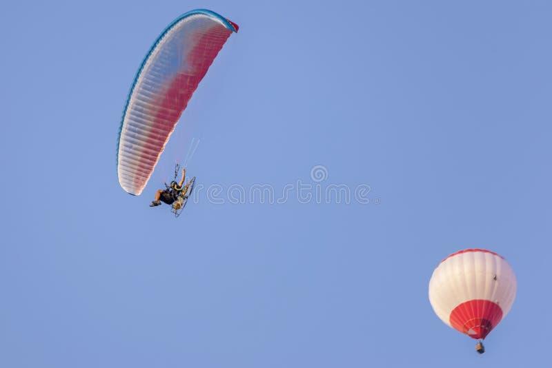 Μηχανοποιημένο μπαλόνι ανεμόπτερων και ζεστού αέρα σε έναν όμορφο μπλε ουρανό στοκ φωτογραφία με δικαίωμα ελεύθερης χρήσης