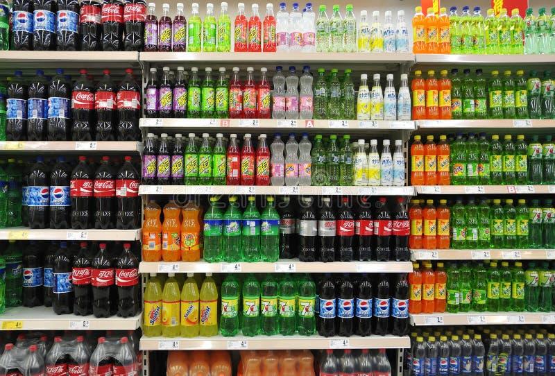 Μη αλκοολούχα ποτά και ποτά στην υπεραγορά στοκ φωτογραφία