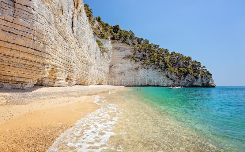Μη αναγνωρίσιμοι τουρίστες σε μια όμορφη άγρια παραλία στην Πούλια, Ιταλία, διάσημος τουριστικός προορισμός στην Ευρώπη Οι τουρίσ στοκ φωτογραφία με δικαίωμα ελεύθερης χρήσης