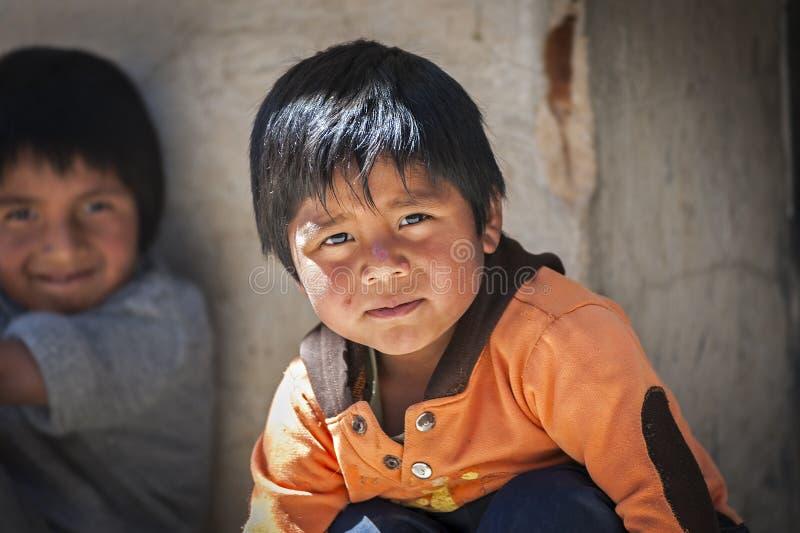 Μη αναγνωρισμένα νέα γηγενή εγγενή Quechua παιδιά στην τοπική αγορά της Κυριακής Tarabuco, Βολιβία στοκ εικόνα