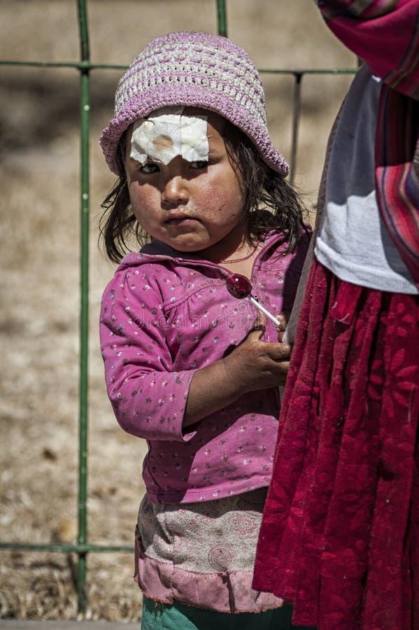 Μη αναγνωρισμένα νέα γηγενή εγγενή Quechua παιδιά στην τοπική αγορά της Κυριακής Tarabuco, Βολιβία στοκ εικόνες