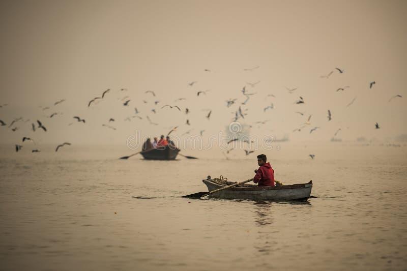 Μη αναγνωρισμένες σειρές λεμβούχων η βάρκα του στο Γάγκη στοκ φωτογραφία με δικαίωμα ελεύθερης χρήσης