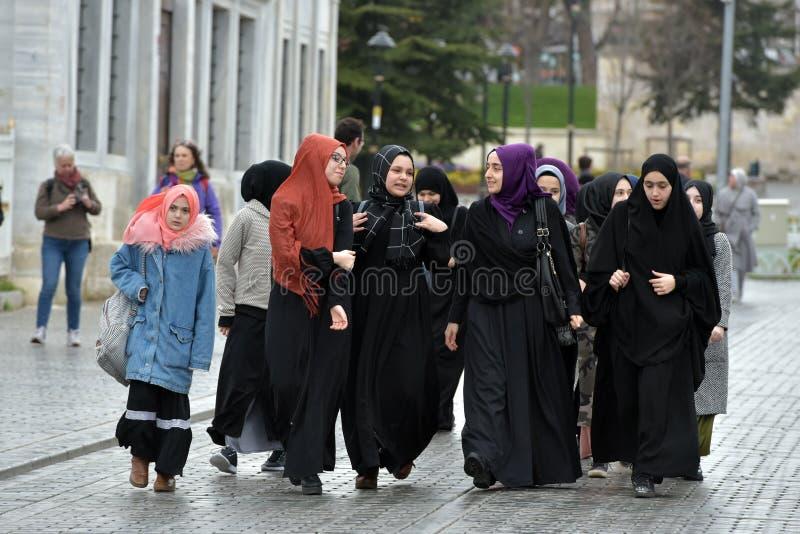 Μη αναγνωρισμένες τουρκικές γυναίκες στον παραδοσιακό ισλαμικό ιματισμό στο θόριο στοκ φωτογραφία με δικαίωμα ελεύθερης χρήσης
