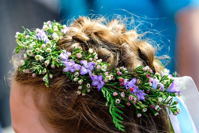 Μη αναγνωρισμένη νέα νύφη με το καταπληκτικό ευγενές στεφάνι λουλουδιών, clo στοκ φωτογραφίες