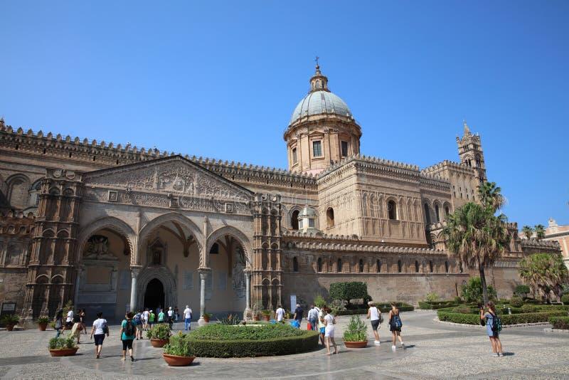 Μη αναγνωρισμένοι άνθρωποι μπροστά από τον καθεδρικό ναό του Παλέρμου r r στοκ εικόνα με δικαίωμα ελεύθερης χρήσης