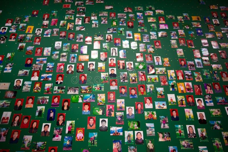 Μη αναγνωρισμένοι άνθρωποι σε έναν πράσινο τοίχο σε μια έκθεση τέχνης στη Shan στοκ εικόνα