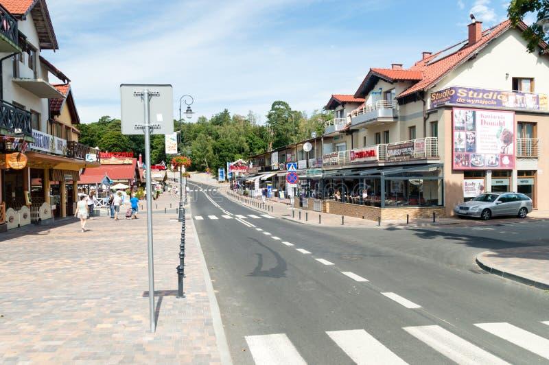 Μη αναγνωρισμένοι άνθρωποι στην οδό σε Krynica Morska στοκ φωτογραφίες