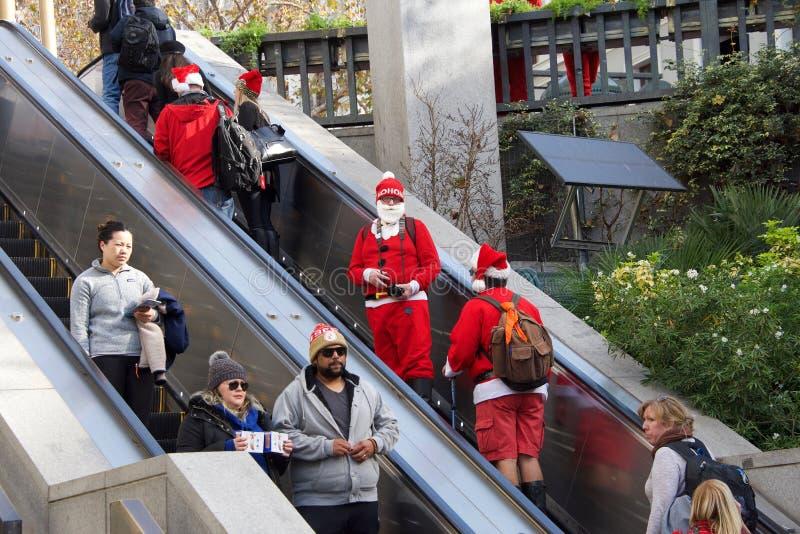 Μη αναγνωρισμένοι συμμετέχοντες σε Santa Con στο Σαν Φρανσίσκο, ασβέστιο στοκ εικόνες με δικαίωμα ελεύθερης χρήσης