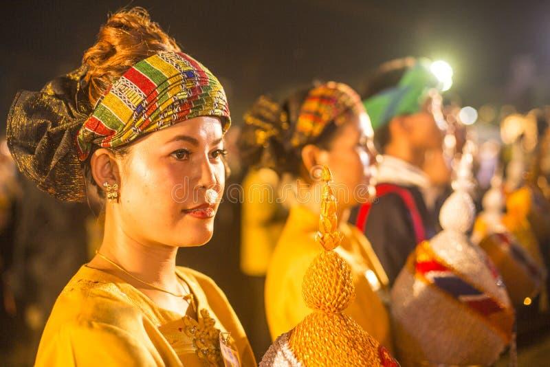Μη αναγνωρισμένοι συμμετέχοντες στον εορτασμό των 87ων γενεθλίων του βασιλιά Bhumibol Adulyadej της Ταϊλάνδης στοκ φωτογραφία με δικαίωμα ελεύθερης χρήσης