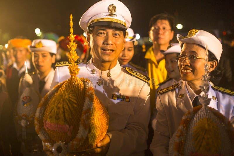 Μη αναγνωρισμένοι συμμετέχοντες στον εορτασμό των 87ων γενεθλίων του βασιλιά Bhumibol Adulyadej της Ταϊλάνδης στοκ εικόνα με δικαίωμα ελεύθερης χρήσης