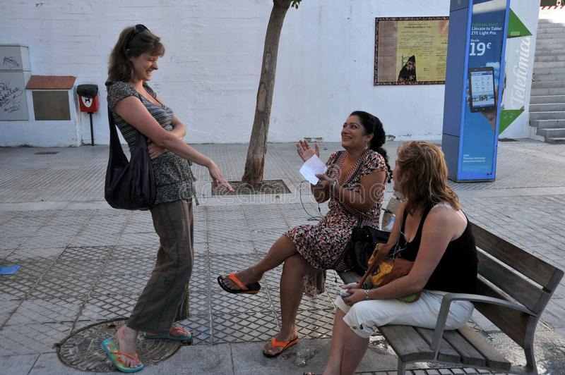 Μη αναγνωρισμένοι τουρίστες γυναικών στην οδό του αρχαίου Καντίζ στοκ εικόνα