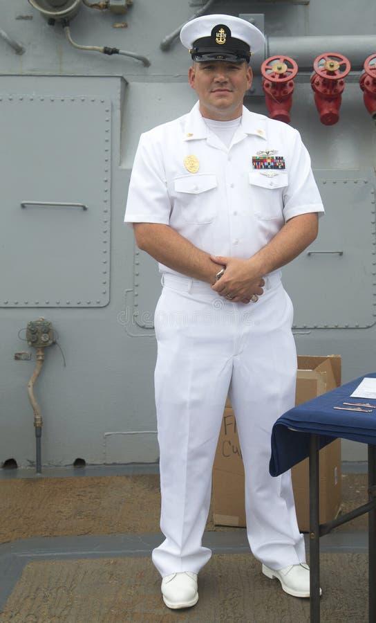 Μη αναγνωρισμένος ανώτερος υπάλληλος Αμερικανικού Ναυτικό στη γέφυρα του λάχανου καταστροφέων USS κατευθυνόμενων βλημάτων Αμερικα στοκ φωτογραφίες