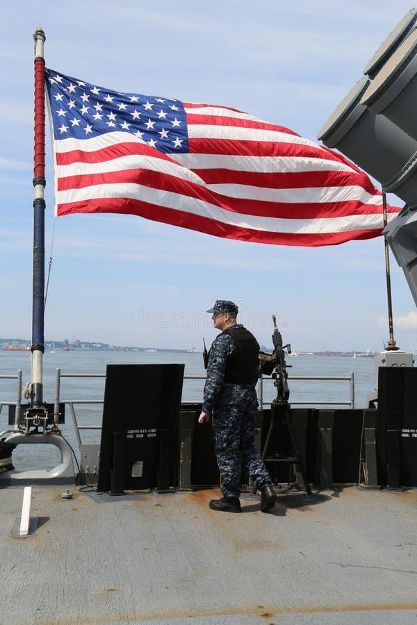 Μη αναγνωρισμένο Αμερικανικός Ναυτικό που παρέχει την ασφάλεια κατά τη διάρκεια της εβδομάδας 2017 στόλου στη Νέα Υόρκη στοκ εικόνες