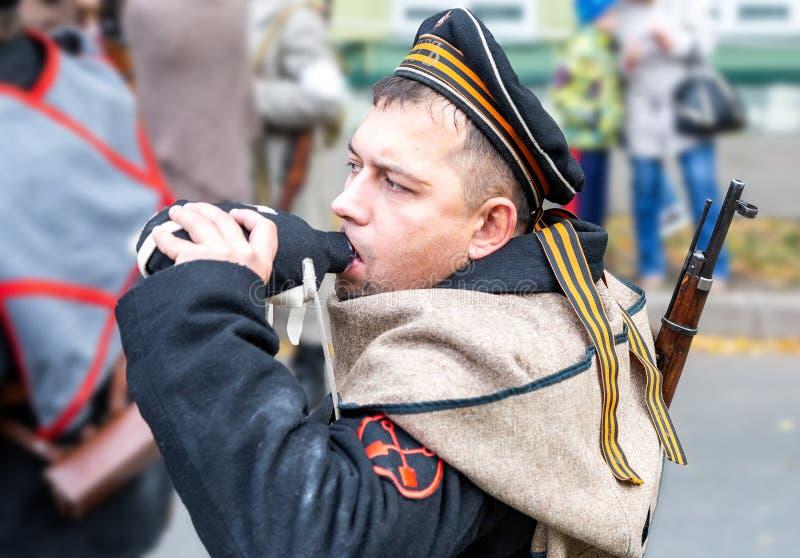 Μη αναγνωρισμένο μέλος της ιστορικής μάχης αναπαράστασης στο ναυτικό ομοιόμορφο στοκ φωτογραφίες με δικαίωμα ελεύθερης χρήσης