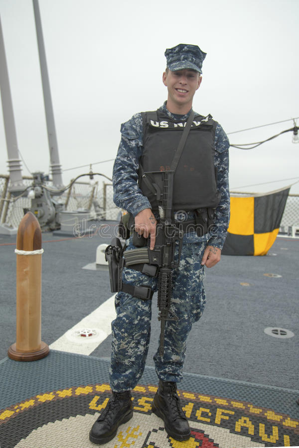 Μη αναγνωρισμένο ναυτικό που παρέχει την ασφάλεια κατά τη διάρκεια της εβδομάδας 2014 στόλου στοκ εικόνες