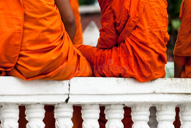 Μη αναγνωρισμένο neophyte βουδισμού που παίζει λίγο μοναχό στο ναό Buddihist στοκ φωτογραφία