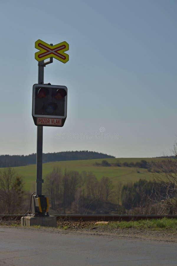 Μη προστατευμένο πέρασμα σιδηροδρόμων Κάνοντας σήμα εξοπλισμός σιδηροδρόμων σε ένα τραίνο που διασχίζει, Δημοκρατία της Τσεχίας Υ διανυσματική απεικόνιση