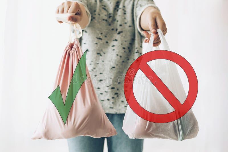 Μιάς χρήσεως πλαστικό απαγόρευσης, σημάδι στάσεων Επιλέξτε το πλαστικό ελεύθερο Μηά έννοια αγορών αποβλήτων Εκμετάλλευση γυναικών στοκ φωτογραφίες