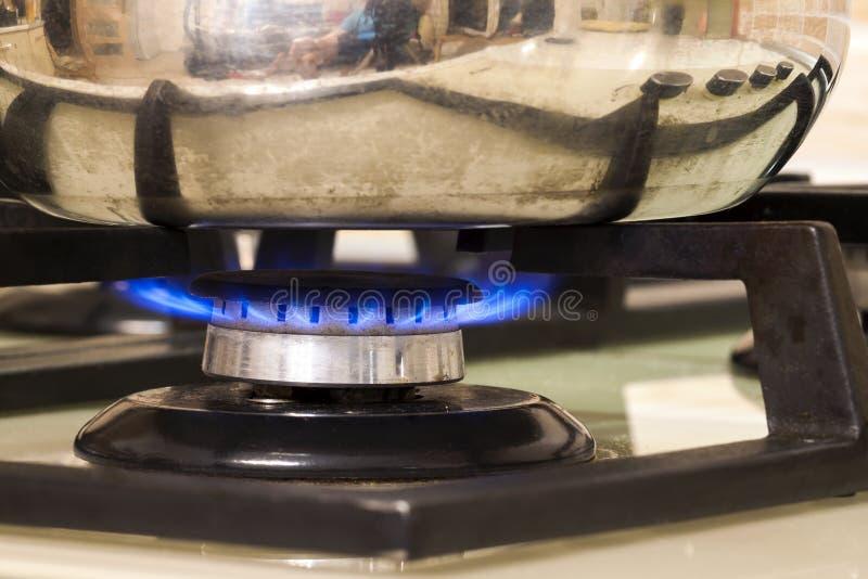 μια άλλες ανασκοπήσεις που ψαλιδίζουν τη μόνιμη χρησιμοποίηση σομπών δοχείων μονοπατιών μετάλλων κουζινών εικόνας φλογών μαγειρέμ στοκ εικόνες