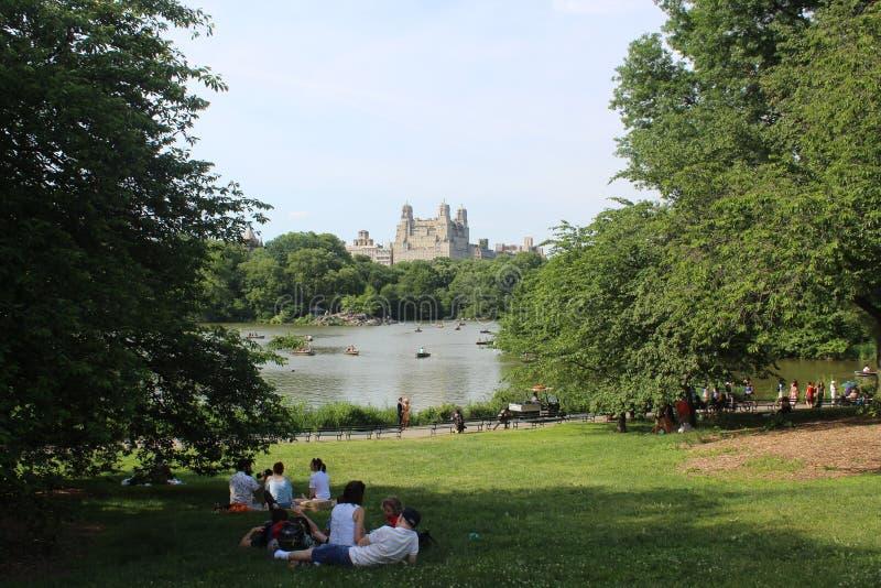 Μια άλλη άποψη του κτηρίου της Ντακότας στη Νέα Υόρκη από τη λίμνη στο Central Park στοκ φωτογραφία με δικαίωμα ελεύθερης χρήσης