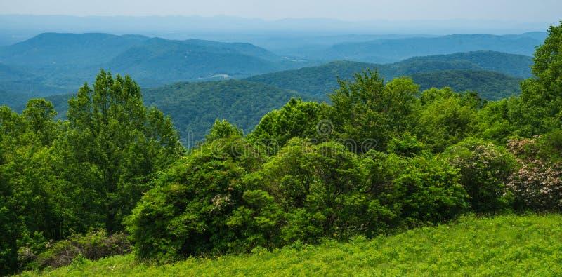 Μια άποψη άνοιξης του μπλε βουνού κορυφογραμμών στη βόρεια Καρολίνα, ΗΠΑ στοκ εικόνες