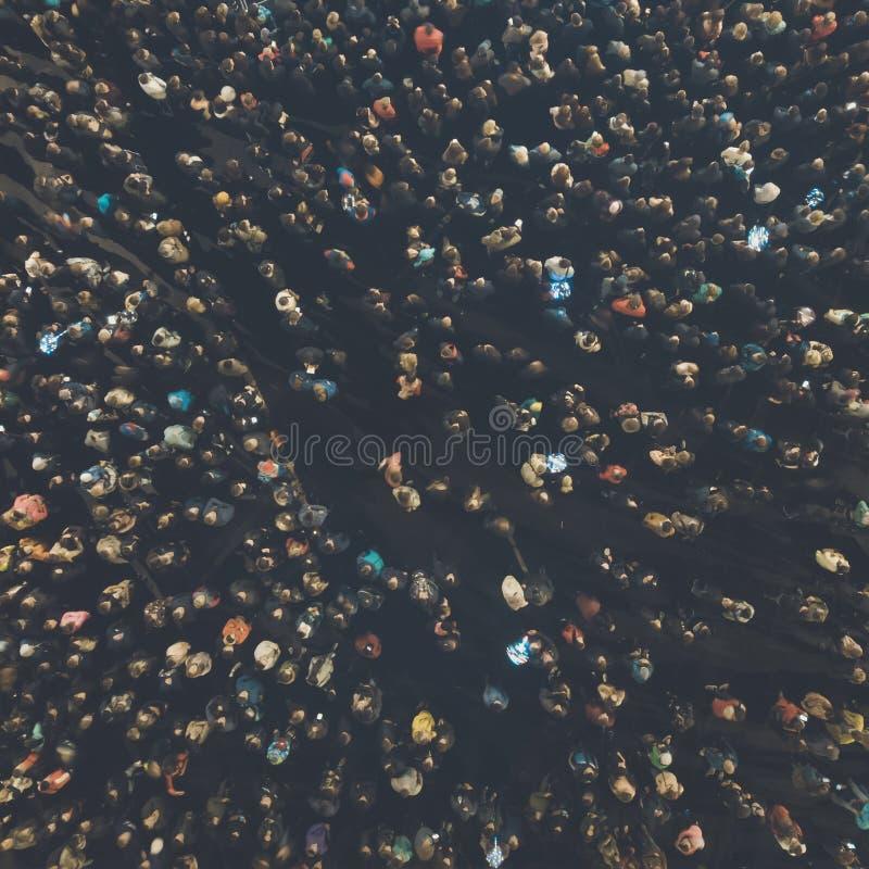 Μια άποψη άνωθεν στο πλήθος των ανθρώπων που συλλέγουν για ένα γεγονός Λαλημένη υπαίθρια συνεδρίαση των ανθρώπων που πυροβολούντα στοκ εικόνες