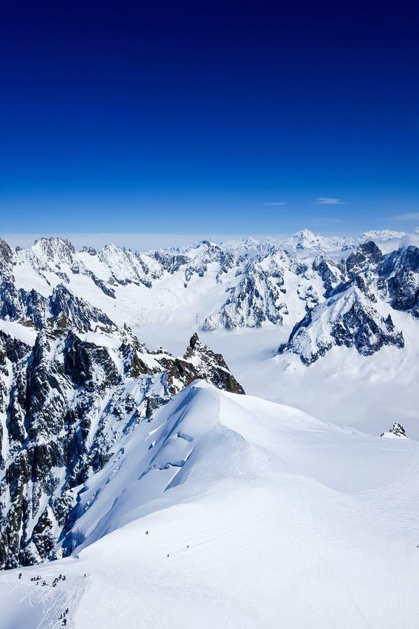 Μια άποψη από την κορυφή του βουνού της Mont Blanc με έναν μπλε ουρανό στοκ εικόνα