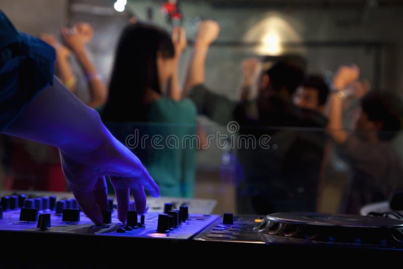 Μια άποψη από τη γέφυρα του DJ ενός πλήθους που χορεύει στο νυχτερινό κέντρο διασκέδασης, στοκ φωτογραφία