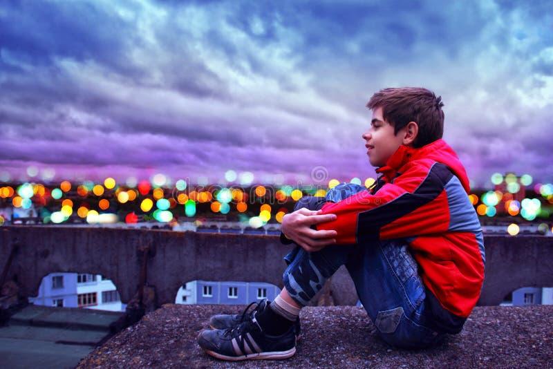 Μια άποψη από τη στέγη στα φω'τα πόλεων βραδιού στοκ φωτογραφίες