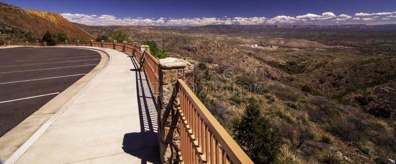 Μια άποψη από το κιγκλίδωμα στο χώρο στάθμευσης του κρατικού ιστορικού πάρκου του Jerome στο Jerome, Αριζόνα, ΗΠΑ στοκ εικόνα
