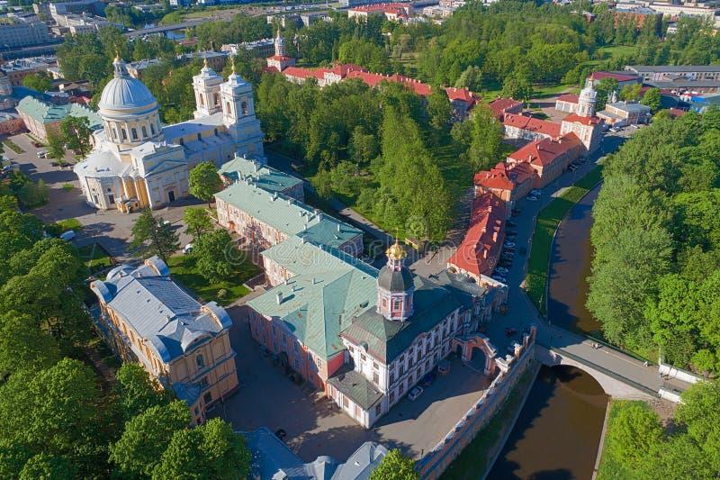 Μια άποψη από το ύψος του Αλεξάνδρου Nevsky Lavra θόλος Isaac Πετρούπολη Ρωσία s Άγιος ST καθεδρικών ναών στοκ εικόνες