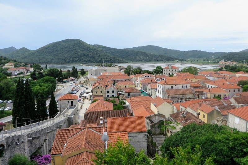 Μια άποψη από υψηλό να ανατρέξει κάτω επάνω στη μικρή μεσαιωνική πόλη Ston, Κροατία Το δύσκολο φρούριο είναι ένας αρχαίος αμυντικ στοκ εικόνα με δικαίωμα ελεύθερης χρήσης