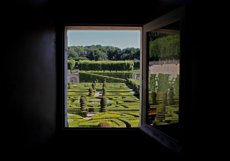 Μια άποψη ενός γαλλικού επίσημου κήπου από ένα παράθυρο στοκ φωτογραφία με δικαίωμα ελεύθερης χρήσης