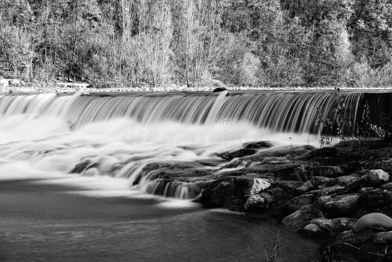 Μια άποψη ενός καταρράκτη ποταμών μεταξύ των πετρών στοκ φωτογραφία με δικαίωμα ελεύθερης χρήσης